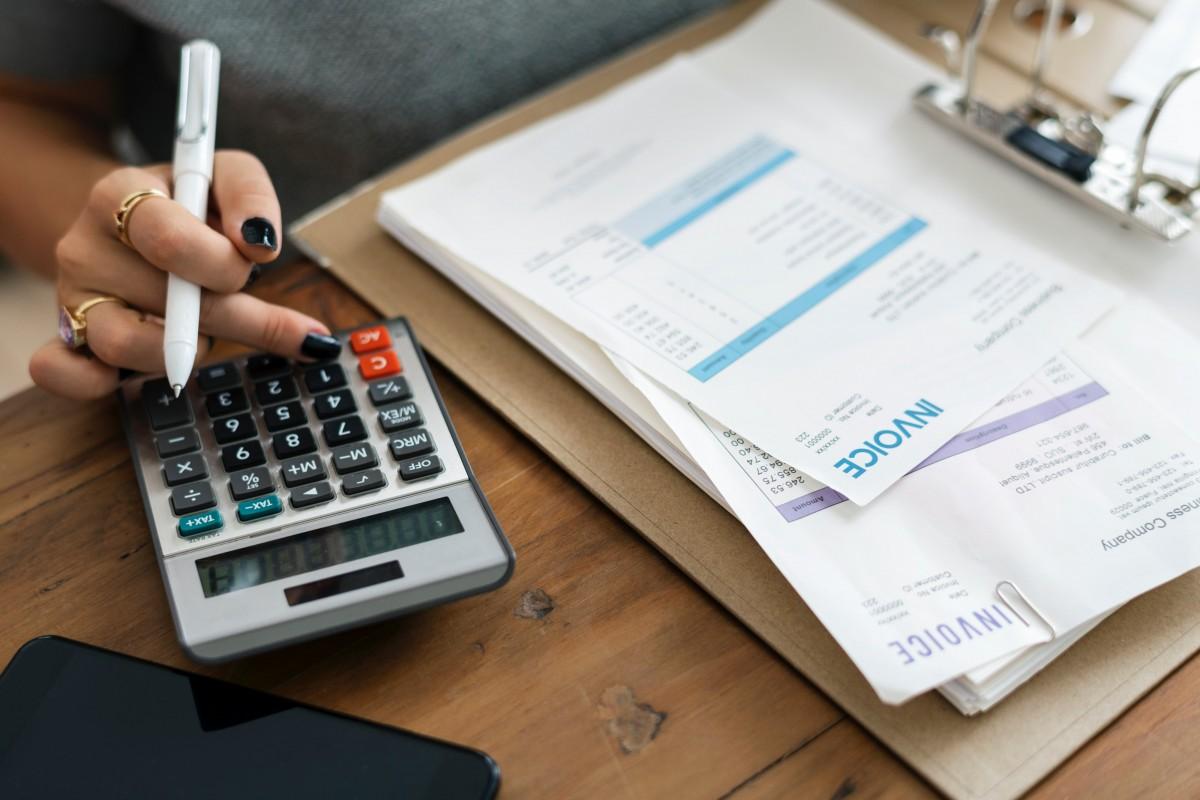 alone_bills_calculator_desk_finance_financial_hand_indoors-1559887